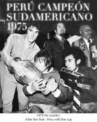 CA_00220_1975_After_the_final_Peru_with_the_cup_en.jpg