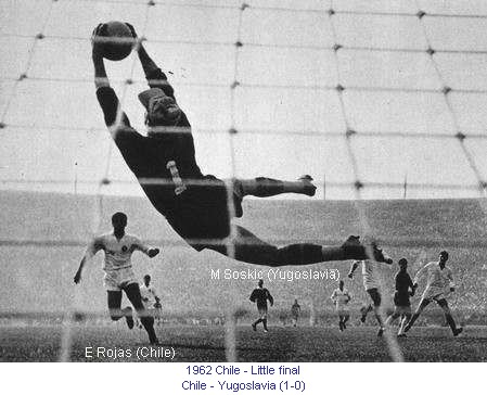 CM_00224_1962_Little_final_Chili_Yugoslavia_Goalkeeper_Soskic_Shot_at_goal_of_Rojas_en.jpg