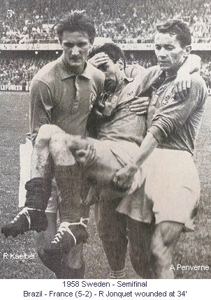 CM_01788_1958_Semifinal_Brazil_France_R_Jonquet_wounded_at_34_carried_by_R_Kaelbel_and_A_Penverne_en.jpg